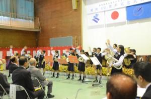 県立奄美少年自然の家の開所40周年の記念式典でオープニング演奏をする奄美小学校の児童=16日、奄美市名瀬