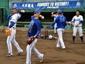 リフレッシュした表情で練習に取り組む横浜DeNAベイスターズの選手たち=7日、奄美市の名瀬運動公園市民球場