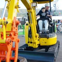 子どもたちがさまざまな職業体験をした「おしごとテーマパーク」=17日、名瀬港観光船バース