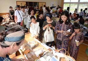 家族連れなどが詰め掛けたマコモ祭り=4日、龍郷町秋名