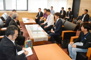 朝山奄美市長を表敬訪問した宝島青年団のメンバーら=14日、奄美市名瀬