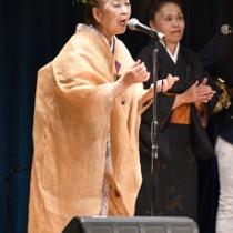 恩返し公演で島唄を中心に12曲を披露した朝崎さん=10日、天城町天城