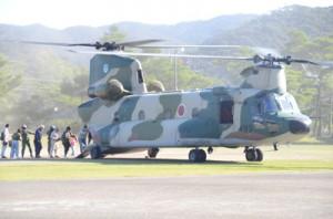 空自の大型輸送ヘリに乗り込む町民ら=16日、龍郷町浦