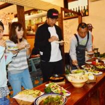 アボカドと地産食材を使った料理を試食する参加者=7日、瀬戸内町古仁屋