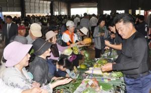 野菜や加工品が安く販売され、買い物客でにぎわった農業祭=23日、和泊町