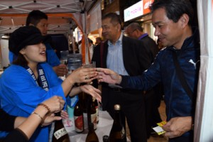 多くの人が訪れ好評だった「焼酎ストリート」の奄美黒糖焼酎ブース=1日、鹿児島市
