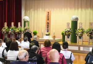 394柱の冥福を祈り、ハンセン病に対する差別や偏見の解消を願った合同慰霊祭=14日、奄美市名瀬の奄美和光園