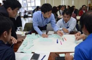 将来の奄美大島の観光戦略についてアイデアを出し合う参加者=21日、奄美市名瀬