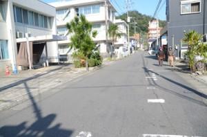 現在、大島拘置所や名瀬裁判所、鹿児島地方検察庁が並ぶ通称「仮屋敷通り」=2019年11月26日