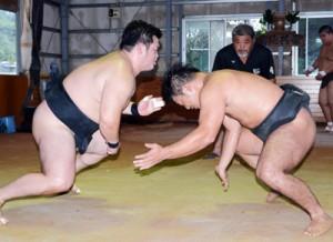 練習で対戦する龍山(右)と大庭