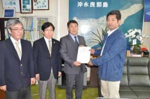 今井町長に答申書を手渡すまちづくり町民会議の外山会長(右)=26日、知名町