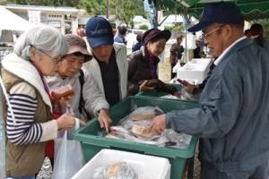 多くの来場者でにぎわった販売コーナー=1日、奄美市住用町