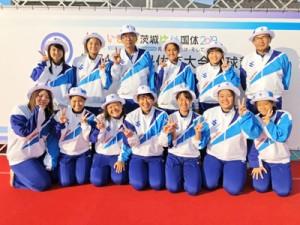 茨城国体でチームメイトと記念写真。前列左から3人目が小川さん。後列左から3人目が有馬さん=19年9月、土浦第二高校