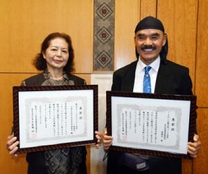 受賞した天城町女性団体連絡協議会の大吉会長(左)と、海謝美の原田代表=17日、鹿児島市の県庁
