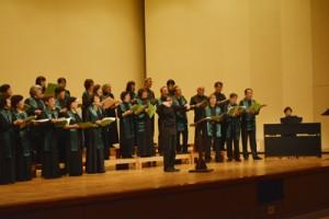 客席を交えて盛り上がった同志社CCDクリスマスコンサート=15日、龍郷町りゅうゆう館