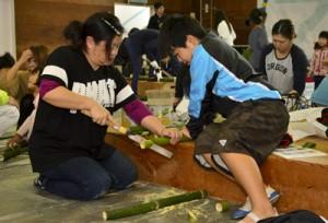 ミニ門松作りに取り組む参加者=21日、奄美少年自然の家