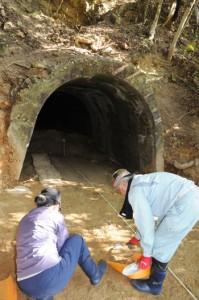 第18震洋隊の格納壕跡スロープの発掘作業を進める調査員=17日、瀬戸内町呑之浦