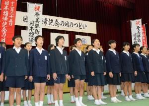 「断食悲願」を朗読する名瀬小学校の児童=25日、奄美市名瀬