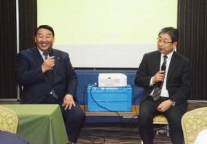 公開対談でバイオマス活用の可能性について話す(左から)硲町長と菊池さん=16日、奄美市名瀬