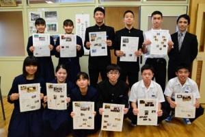 取材・執筆を担当した金久中学校の生徒たち=12月3日、奄美市名瀬
