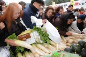 多くの買い物客でにぎわったひらとみ朝市=28日、大和村思勝緑地広場