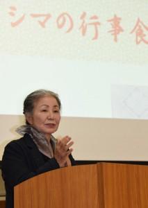 奄美の伝統的な正月行事と食文化を紹介した鈴木さん=21日、奄美市名瀬