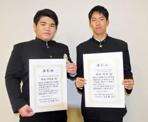 優秀スポーツ選手として表彰を受けた(右から)向井さんと新島さん=19日、鹿児島市