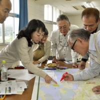 龍郷町の見どころを話し合いコースを考える参加者ら=3日、龍郷町役場