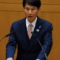 2期目を目指して県知事選挙への立候補を表明した三反園知事=3日、鹿児島市の県議会庁舎