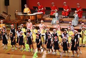 奄美市少年少女合唱団とのステージもあった大島高のクリスマスコンサート=22日、奄美文化センター