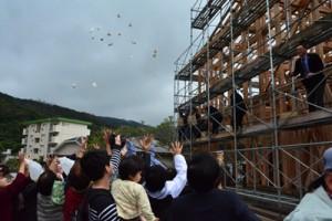 来年4月のオープンを目指す飲食宿泊施設の上棟式=21日、龍郷町幾里