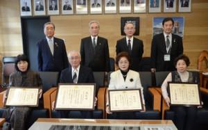 総理大臣表彰の名島さん(前列左から2人目)と大臣感謝状受賞者ら=27日、奄美市名瀬