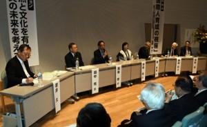 奄美の文化継承や人材育成などについて意見発表したパネルディスカッション=12日、鹿児島市の鹿児島大学