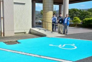 ブルーゾーンをアピールする榮会長(写真右)と町職員=13日、龍郷町役場