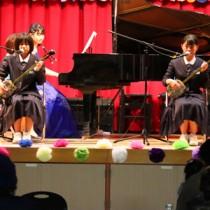 ピアノ演奏に合わせて島唄を披露する出演者=7日、喜界町(提供写真)