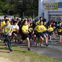 一斉にスタートする出場者=8日、奄美市の名瀬運動公園クロスカントリーコース