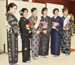 紬美人らと写真を撮る着付け体験の参加者=8日、奄美市名瀬