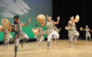 オープニングで勇壮な踊りを披露した正名ヤッコ踊り育成会=11月30日、知名町