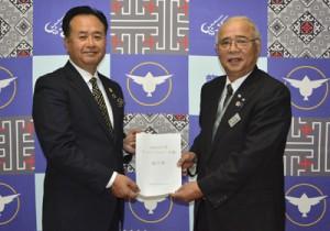 竹田町長(右)に提言書を提出したたつごうみらい会議の中村座長=10日、龍郷町役場