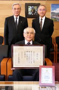 生涯スポーツ優良団体として文科省から表彰された奄美市レクリエーション協会の山田会長(手前)=提供写真
