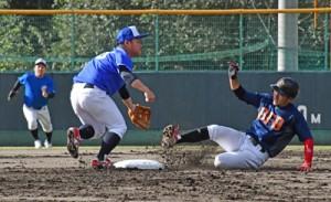 伊津部―住用戦で開幕した南海日日旗争奪奄美市地区野球大会=1日、名瀬運動公園市民球場