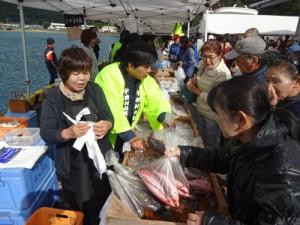 新鮮な地場産海産物を求める人々でにぎわったお魚祭り=8日、宇検村(提供写真)