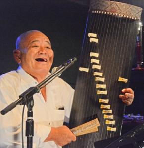 奄美市名瀬のライブハウスで演奏する盛島さん。演奏中に口上で解説を入れるなど奔放なスタイルで観客を沸かせた