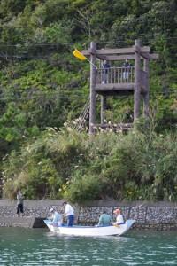 見張り台から漁場を見つめる見張り役=14日宇検村芦検
