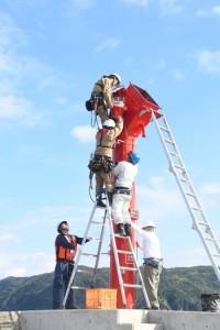 灯器などが設置され、1年3カ月ぶりに復旧した赤灯台=24日、奄美市の名瀬港西防波堤