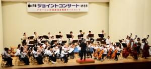 多彩な演目で聴衆を楽しませたアマービレ吹奏楽団と奄美オーケストラ=22日、龍郷町