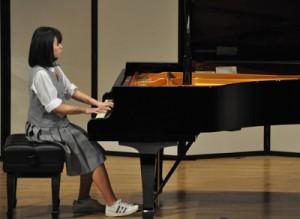 武田賞を受賞した清村さんのピアノ演奏=15日、和泊