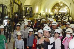 建設中の宮古崎トンネルを見学する参加者=1日、、宮古崎トンネル