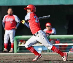 6回裏、三塁打を放ったラビオスの花田=8日、奄美市の名瀬運動公園市民球場