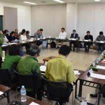 奄美大島のノネコの捕獲状況について報告があった検討会=24日、奄美市名瀬
